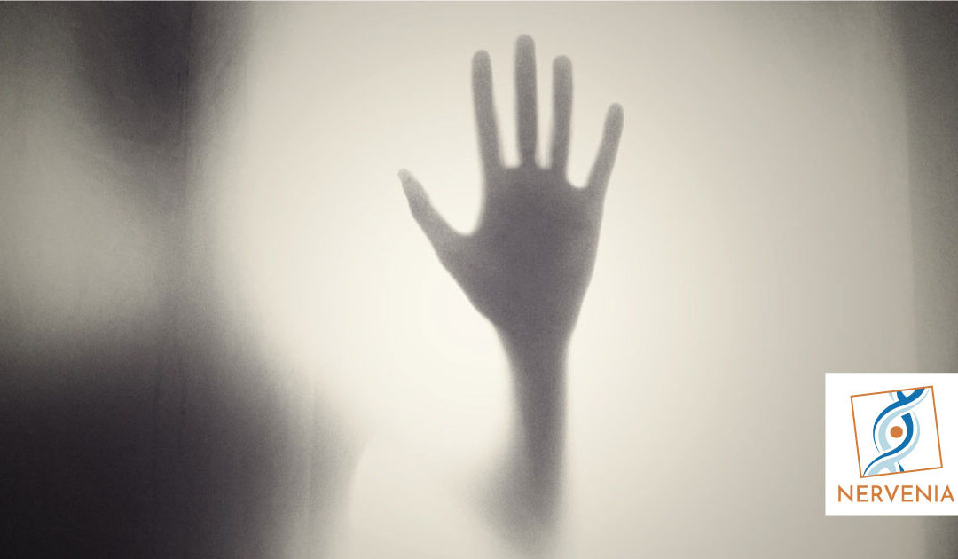 Arto fantasma: mano dietro un vetro opaco
