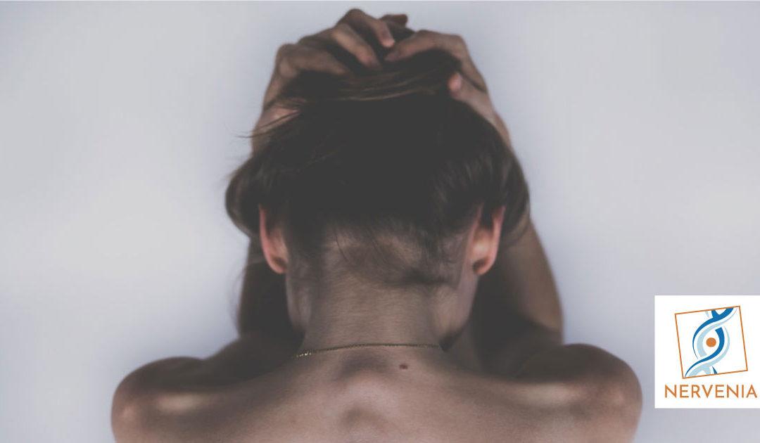 Il dolore: mente e corpo. Donna con la testa tra le mani per il dolore